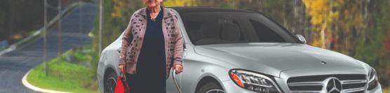 નિર્જન હાઇવે પર ઉભેલી વૃદ્ધ મહિલાને મદદની જરૂર હતી